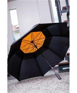 stort orangea paraplyet